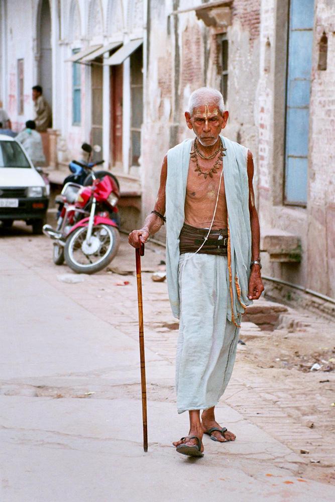 """""""Lalki w ogniu"""" Paulina Wilk - mężczyzna na ulicy w Indiach"""