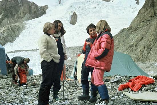 Himalaistki K. Palmowska, W. Rutkiewicz, A. Okopińska i Ch.de Colombel w bazie K2 w 1982 r. Do bazy Wanda dotarła o kulach (fot. J. Kurczab)