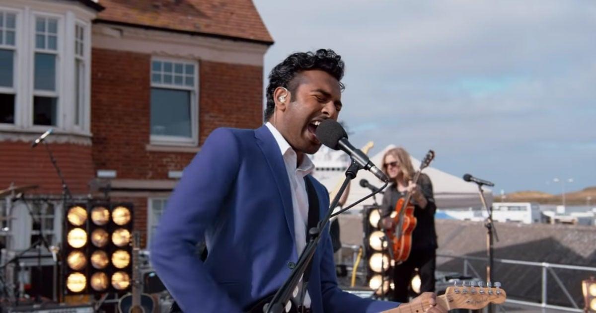"""Yesterday"" reż. Danny Boyle; Himesh Patel jako John Malik - scena koncertu promującego płytę na dachu hotelu"