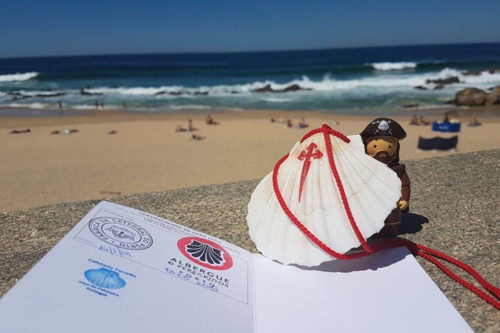 W drodze do Santiago de Compostella - paszport pielgrzyma, muszla pielgrzyma oraz św. Jakub towarzyszący w podróży - początek wędrówki na plaży w Porto
