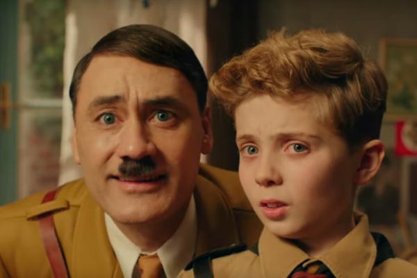 "Taika Waititi oraz Roman Griffin Davis w filmie ""Jojo Rabit"" reż. Taika Waititi"